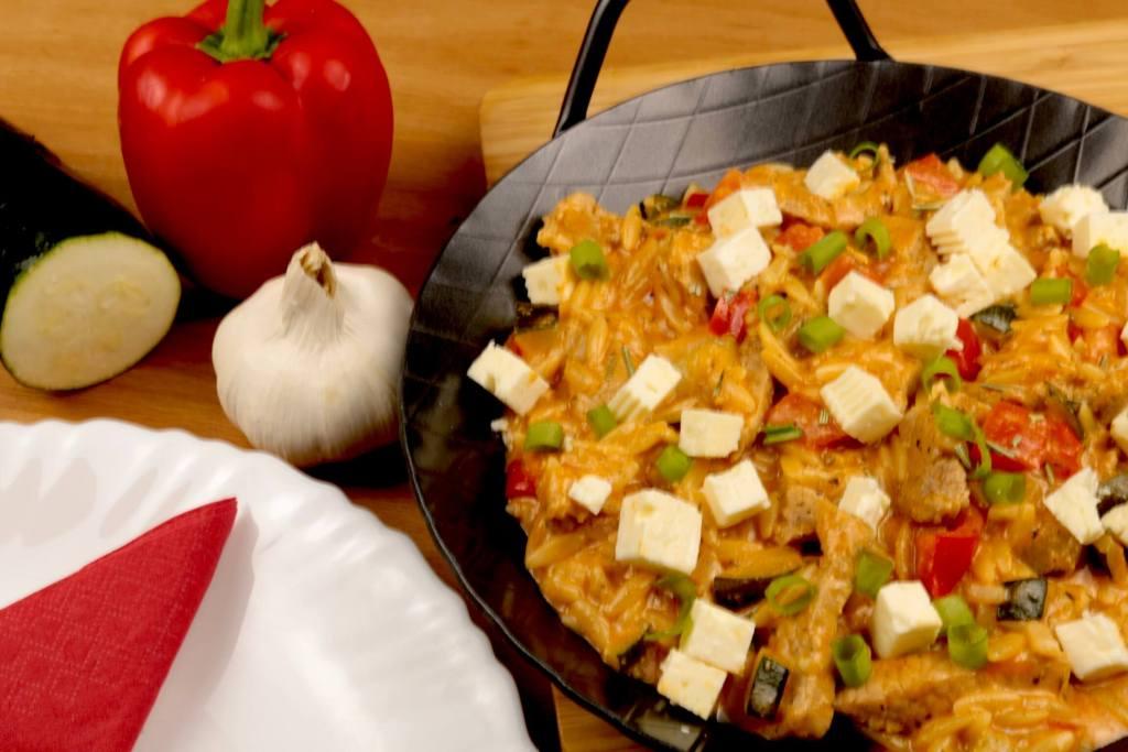 Serviervorschlag Kritharaki Gemüse Gyros Pfanne mit Feta Käse