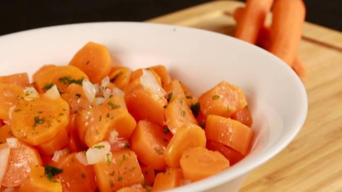 Gekochter süßer Karottensalat