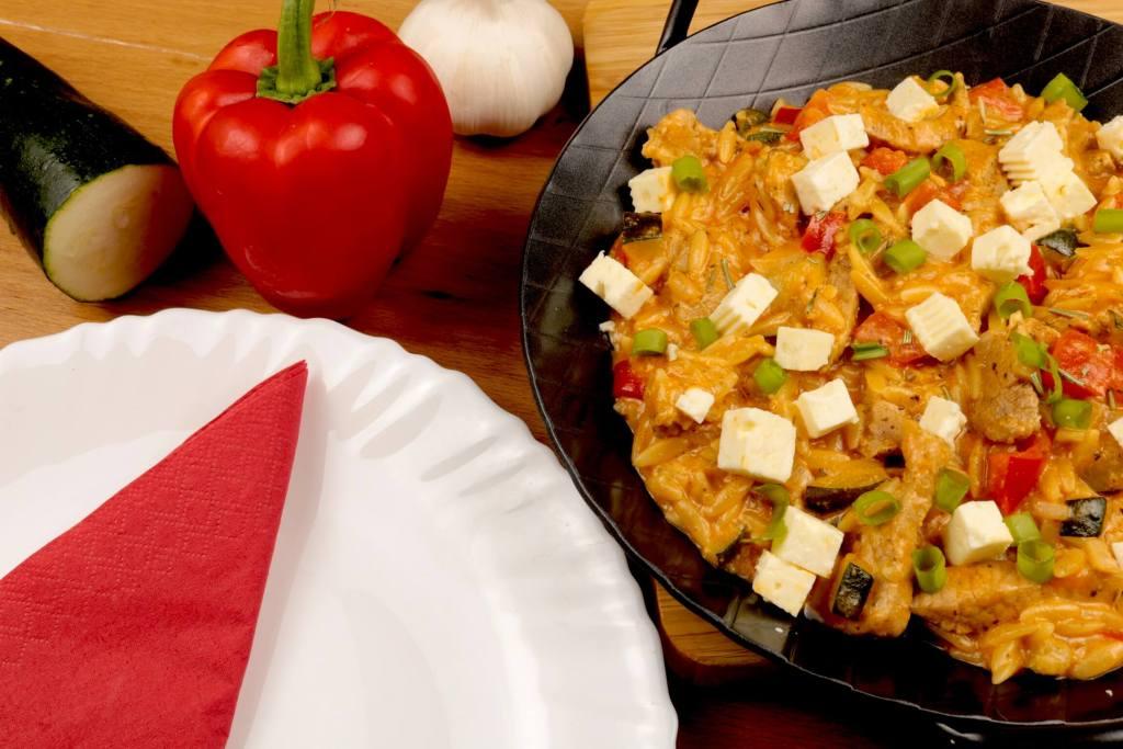 Feierabend Gericht Kritharaki Gemüse Gyros Pfanne mit Feta Käse