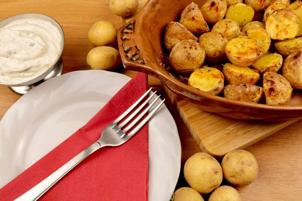 Serviervorschlag Rosmarin Kartoffeln mit Kräuter Joghurt Dip