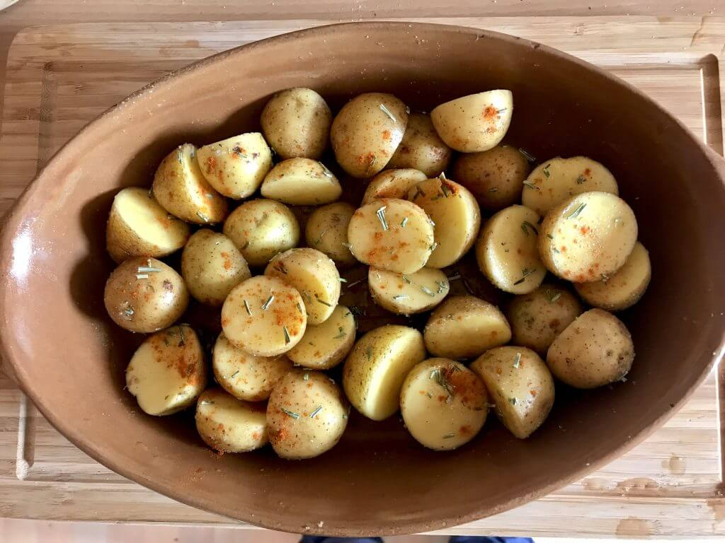 Zubereitung Rosmarin Kartoffeln mit Kräuter Joghurt Dip