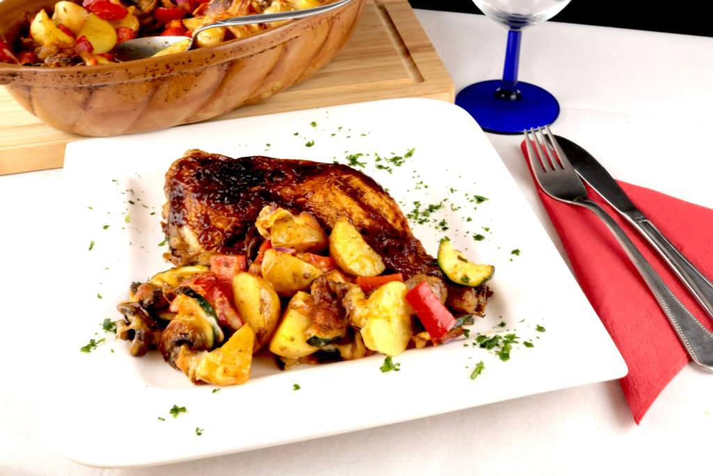 BBQ Hähnchenschenkel an Überbackenes Ofengemüse