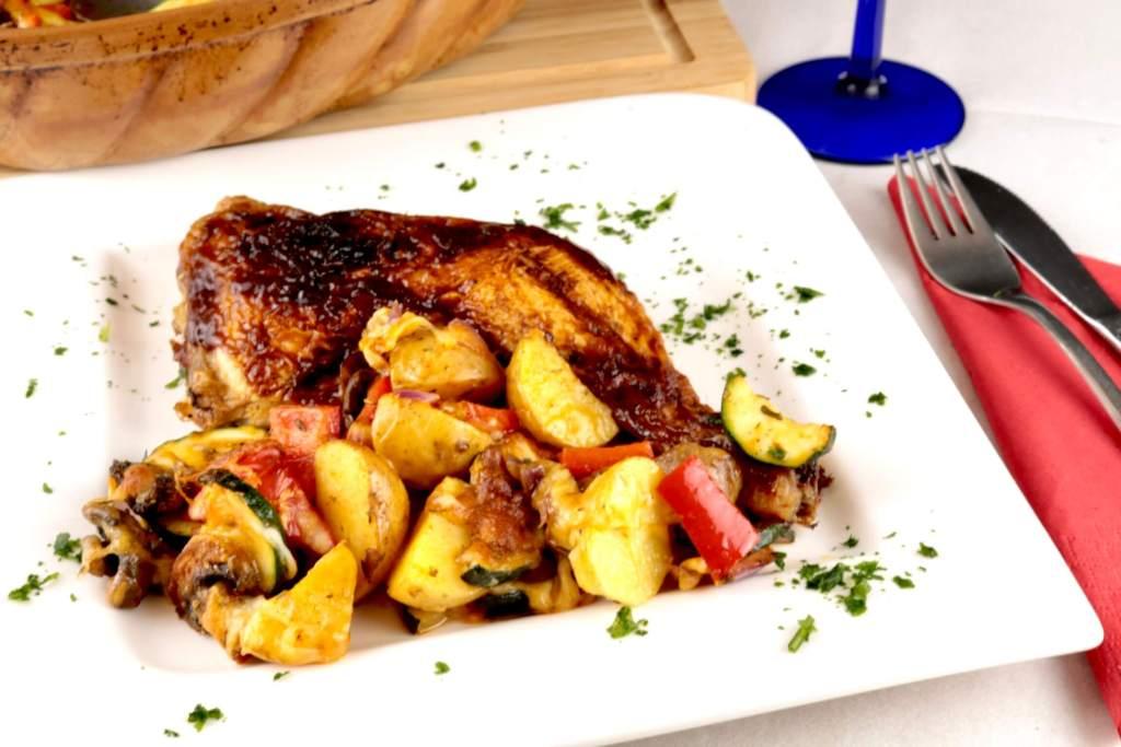 Serviervorschlag BBQ Hähnchenschenkel an Überbackenes Ofengemüse