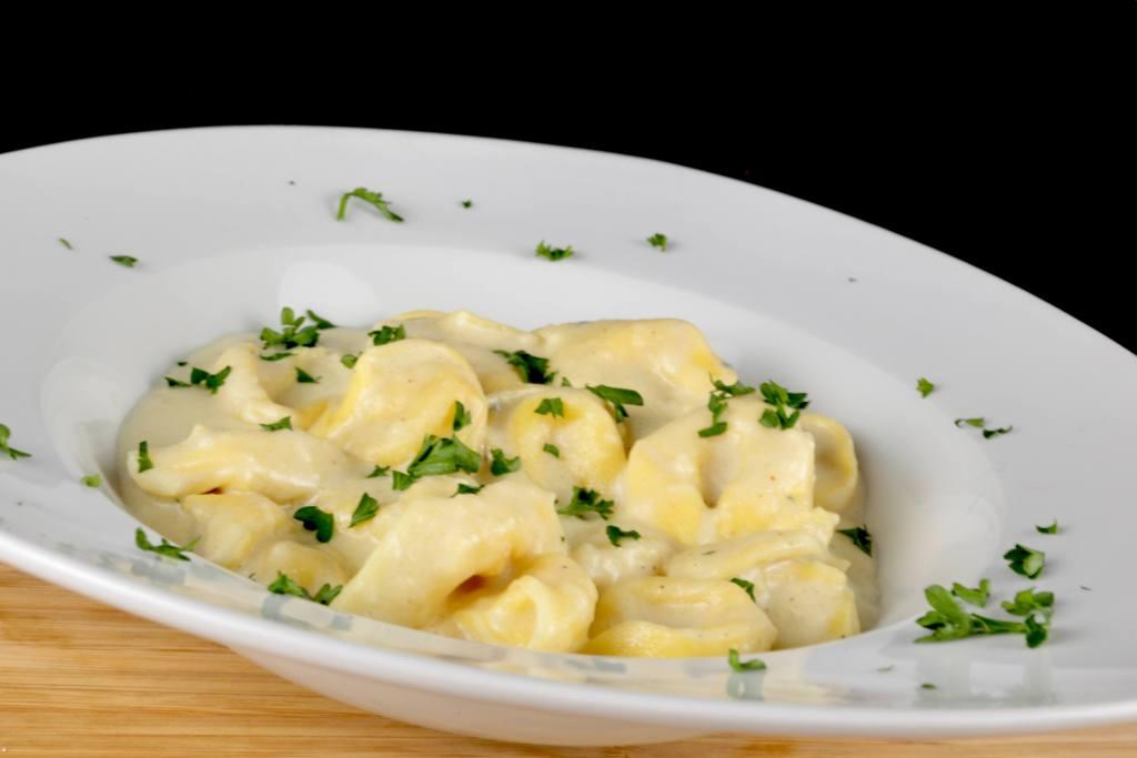 Tortellini mit dreierlei Käsesoße