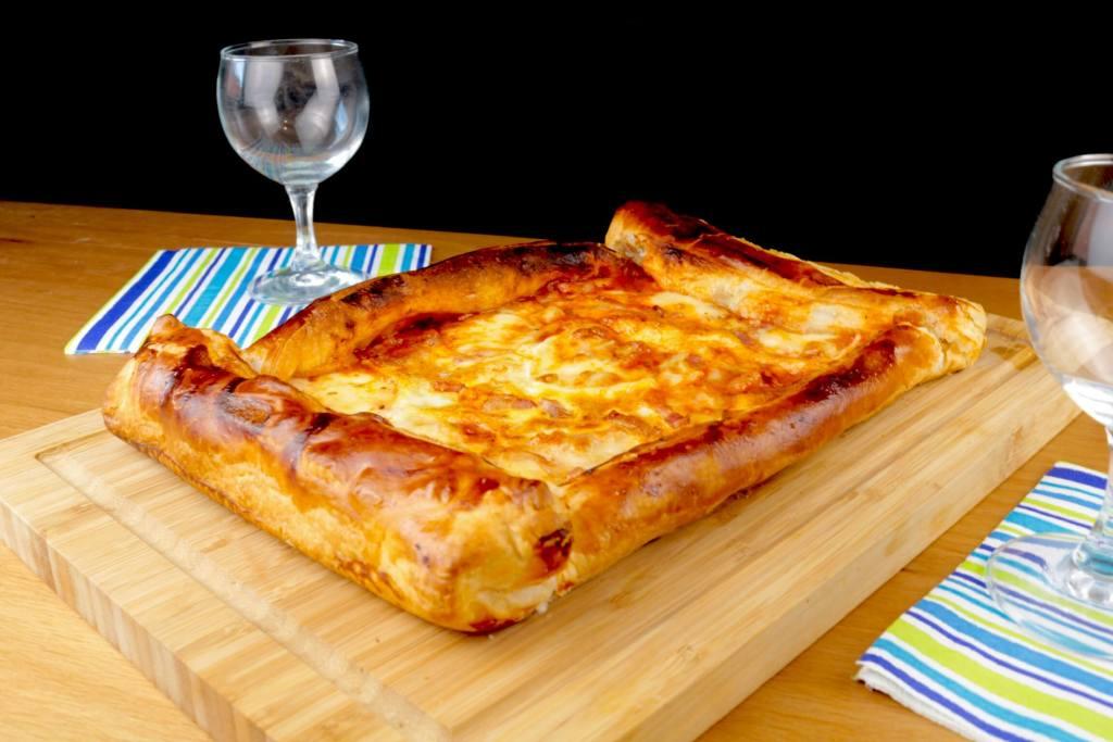 Snack Time Blätterteig Pizza mit Bacon und Ei