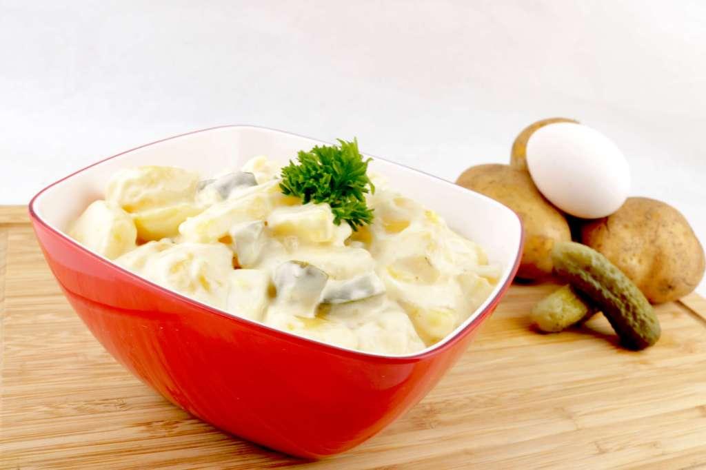 Serviervorschlag Kartoffelsalat mit Gewürzgurken und Ei