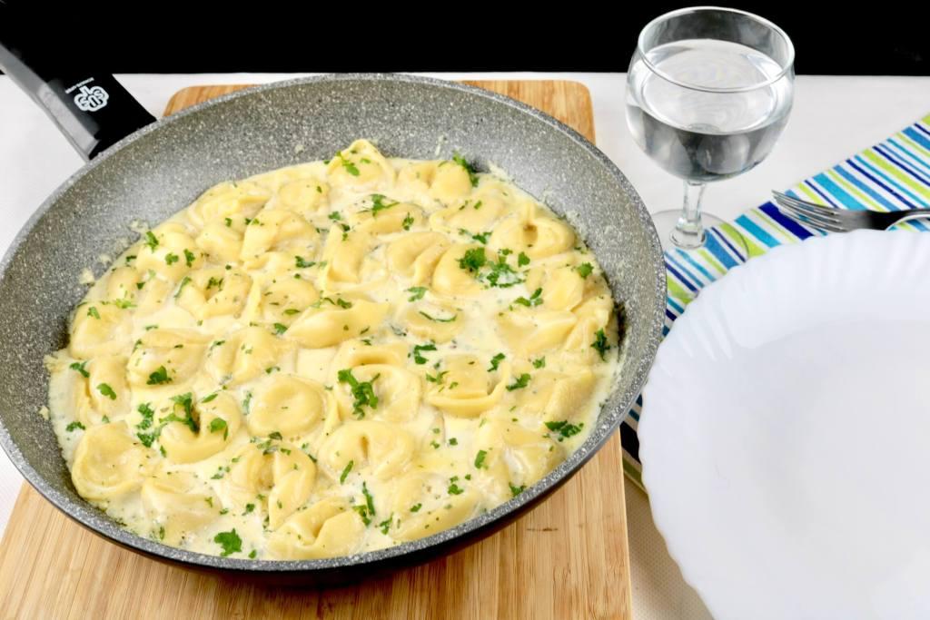 Einfaches Pasta Gericht Tortellini in einer Kräuter Parmesan Sahne Sauce