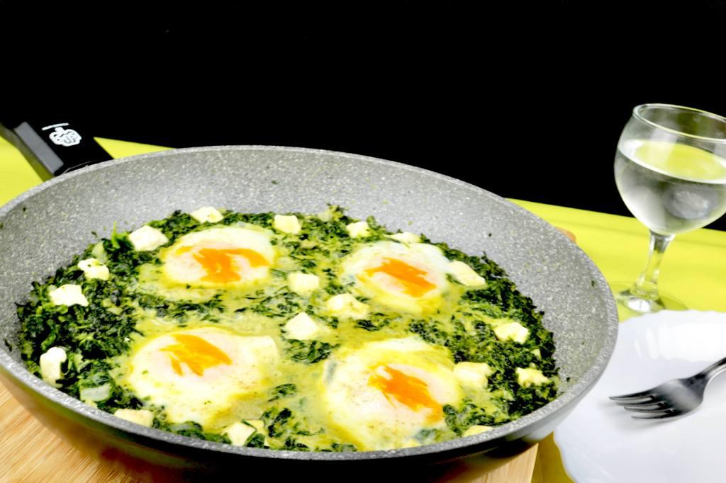 Serviervorschlag Blattspinat Frischkäse Pfanne mit Ei