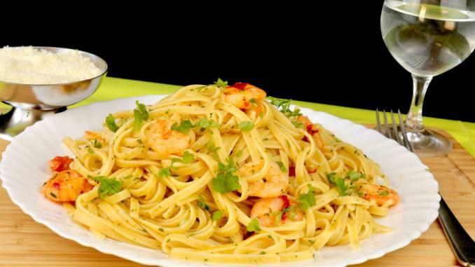 Schnelles Pasta Gericht Tagliatelle mit Knoblauch Kräuter Garnelen