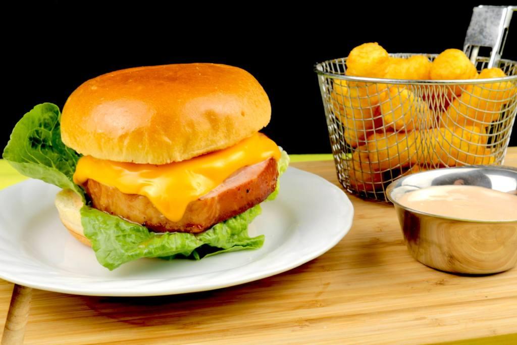 Einfach und Lecker Kassler Hawaii Burger mit Cocktail Sauce