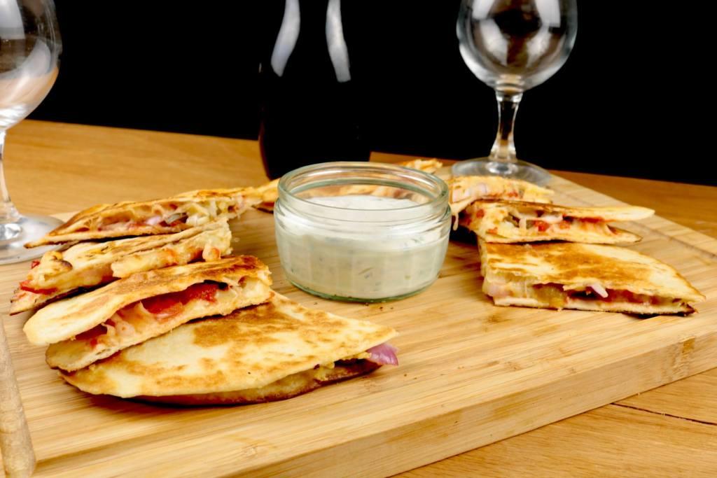 Einfach und Lecker Käse Quesadillas mit Tomaten und Jalapenos