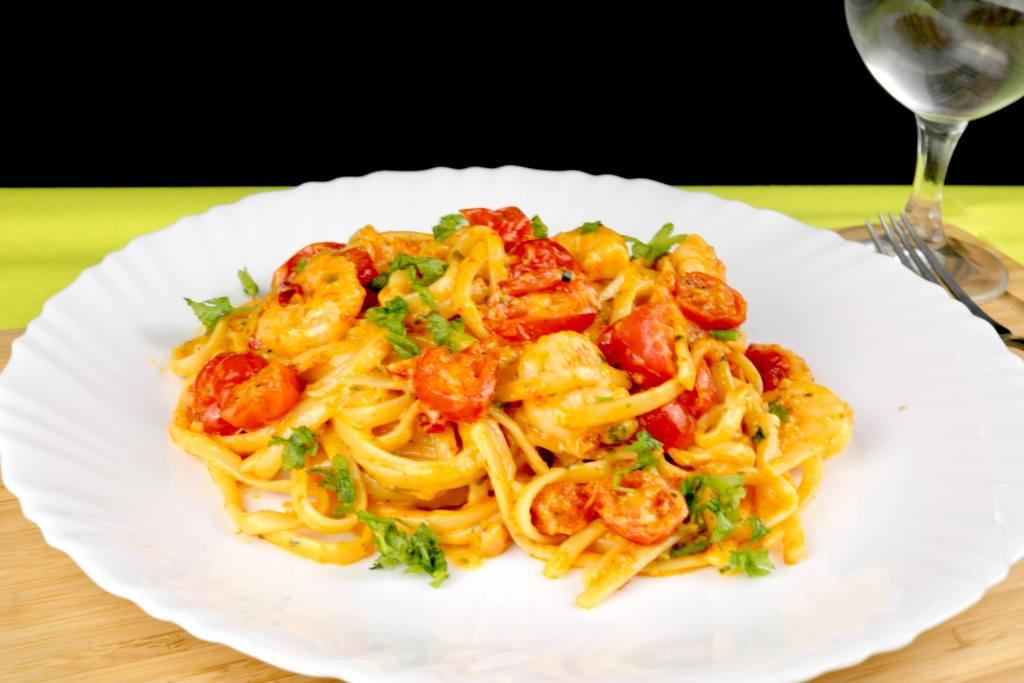 Schnelles Pasta Gericht Mediterrane Pasta mit Garnelen
