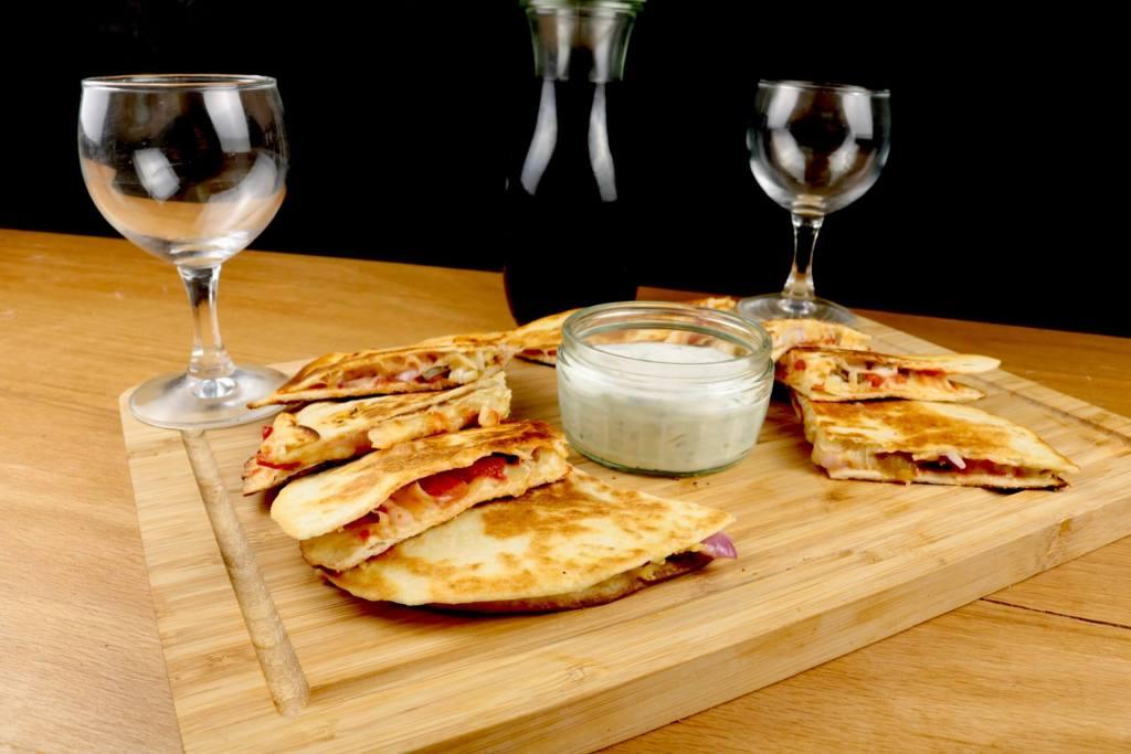 Scharfe Käse Quesadillas mit Tomaten und Jalapenos