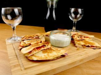 Käse Quesadillas mit Tomaten und Jalapenos