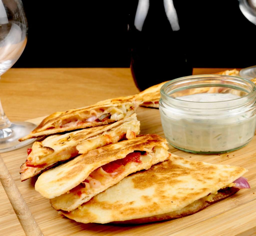 Käse Quesadillas mit Tomaten und Jalapenos mit Dip