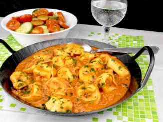 Tortellini in einer Tomaten Thunfisch Sauce