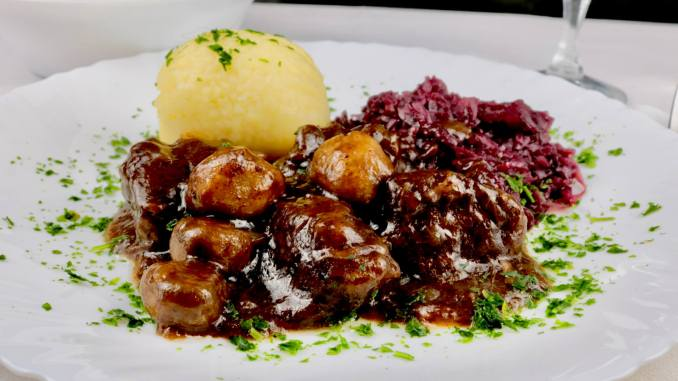 Hirschgulasch mit Champignons und Rotwein
