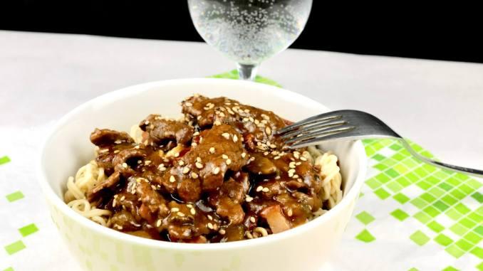 Rouladen Geschnetzeltes aus dem Wok mit Sesam