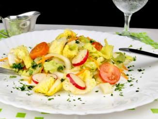 Bunter Salat Teller mit Orangen Honig Dressing