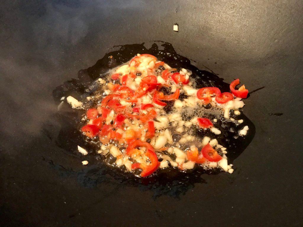 Knoblauch und Chilie anschwitzen