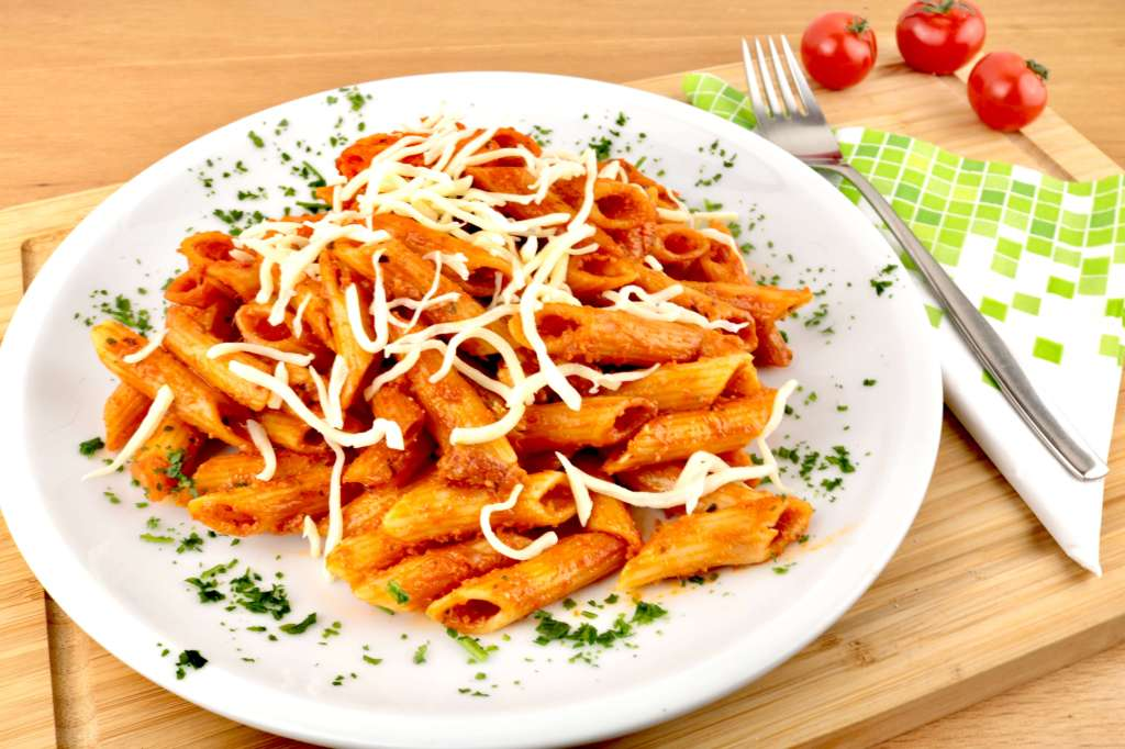 Penne in einer Bacon Tomaten Mozzarella Sauce