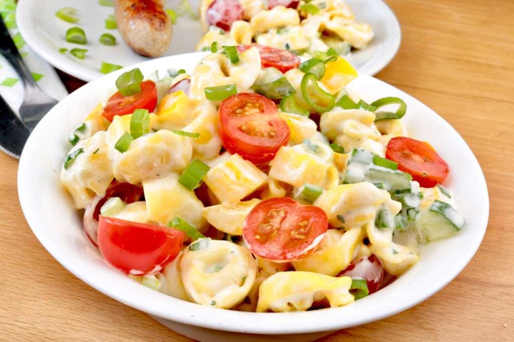 Tortellini Salat sollte auf keiner Grillparty fehlen!
