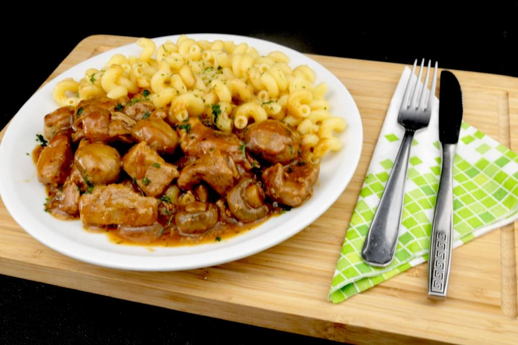 Hausmannskost Herzhaftes Schweinegulasch mit Pilzen nach Omas Rezept