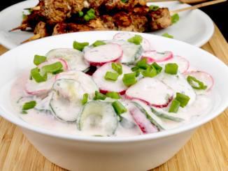 Einfaches Rezept Radieschen Gurkensalat mit Saurer Sahne