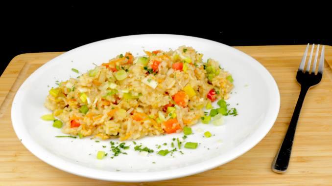 Gebratener Reis mit Ei und Gemüse