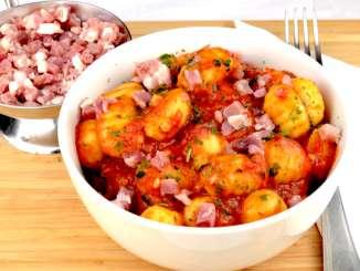Gnocchi mit einer Tomatensauce und Schinkenwürfel