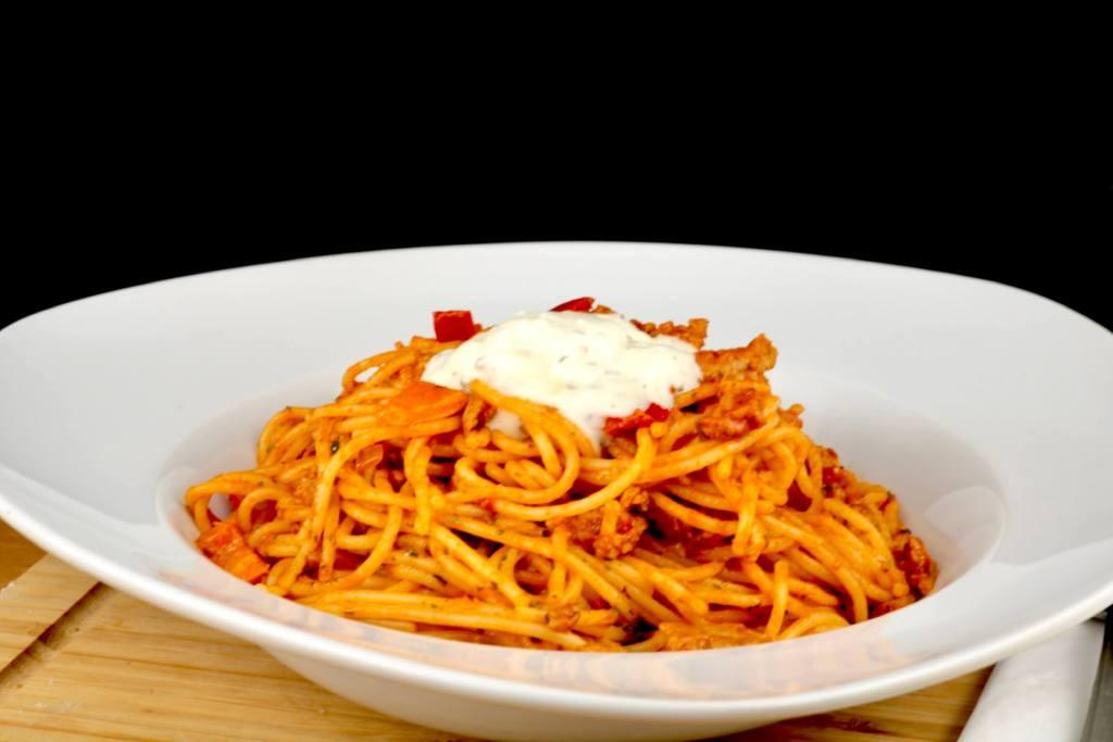 Pasta Gericht mit Metaxasauce und Hackfleisch