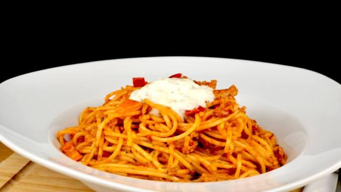 Spaghetti in einer Hackfleisch Metaxasauce