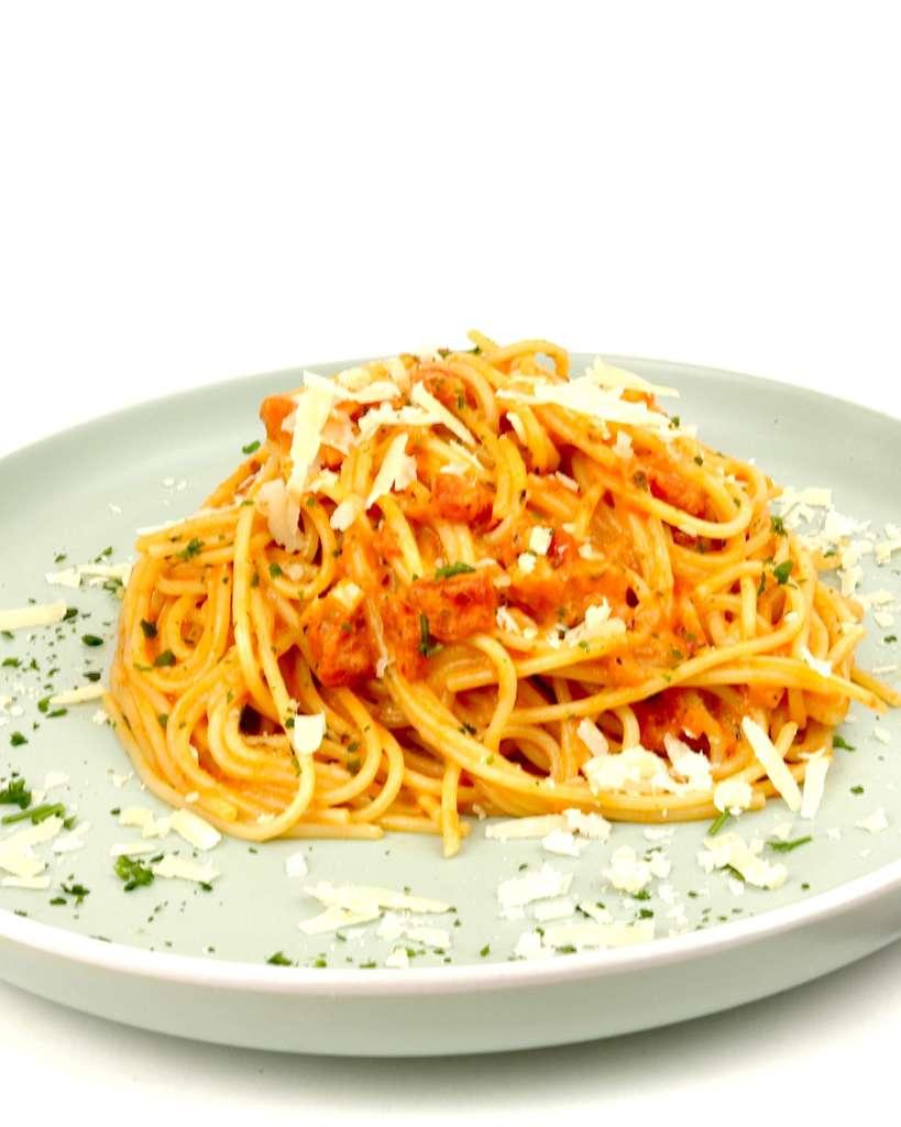 Serviervorschlag Spaghetti in einer Tomaten Parmesan Sahnesauce