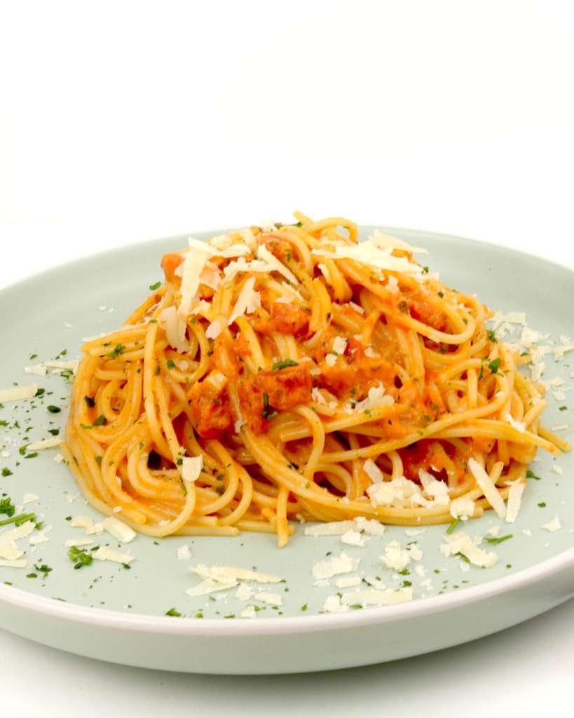 Zubereitung Spaghetti in einer Tomaten Parmesan Sahnesauce
