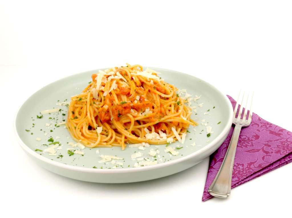 Spaghetti in einer Tomaten Parmesan Sahnesauce