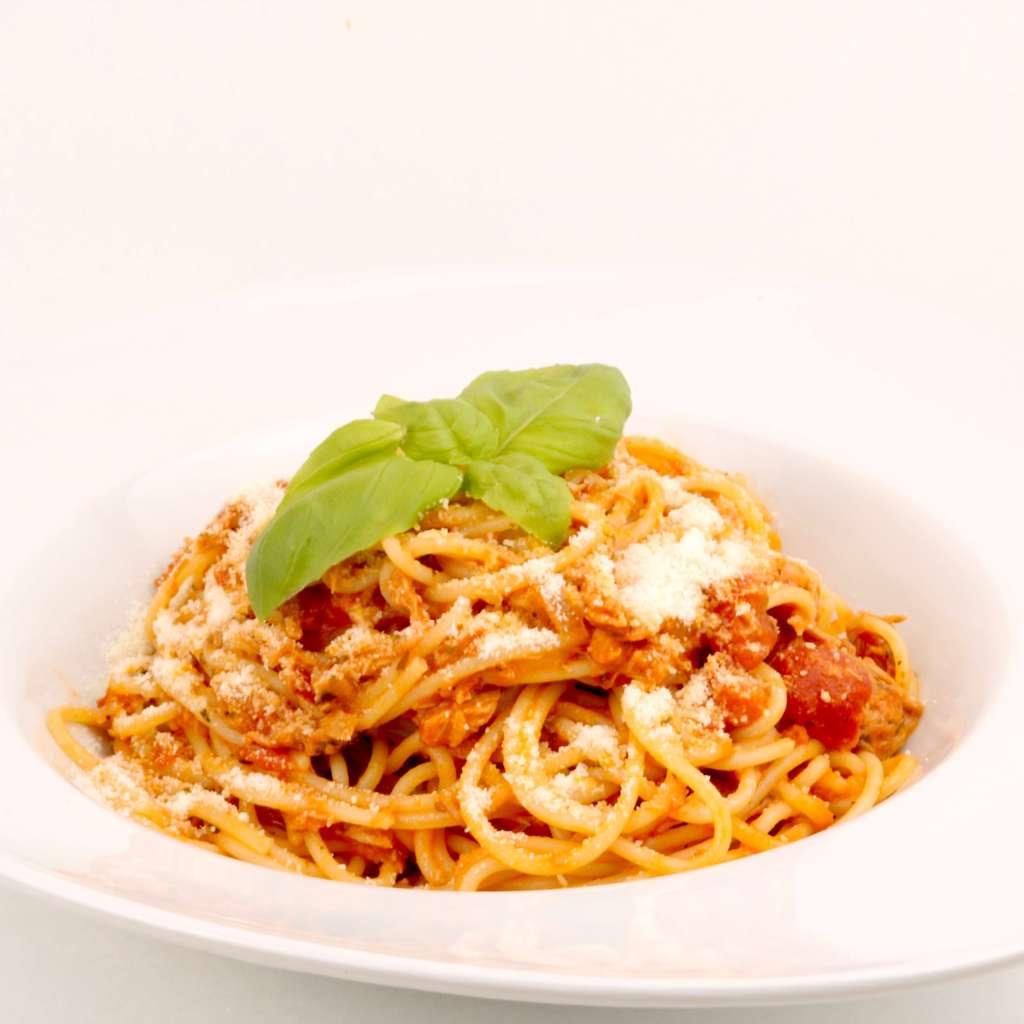 Zubereitung Spaghetti in einer Tomaten Thunfisch Sauce