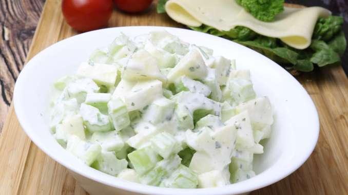 Apfel Staudensellerie Salat mit Saurer Sahne