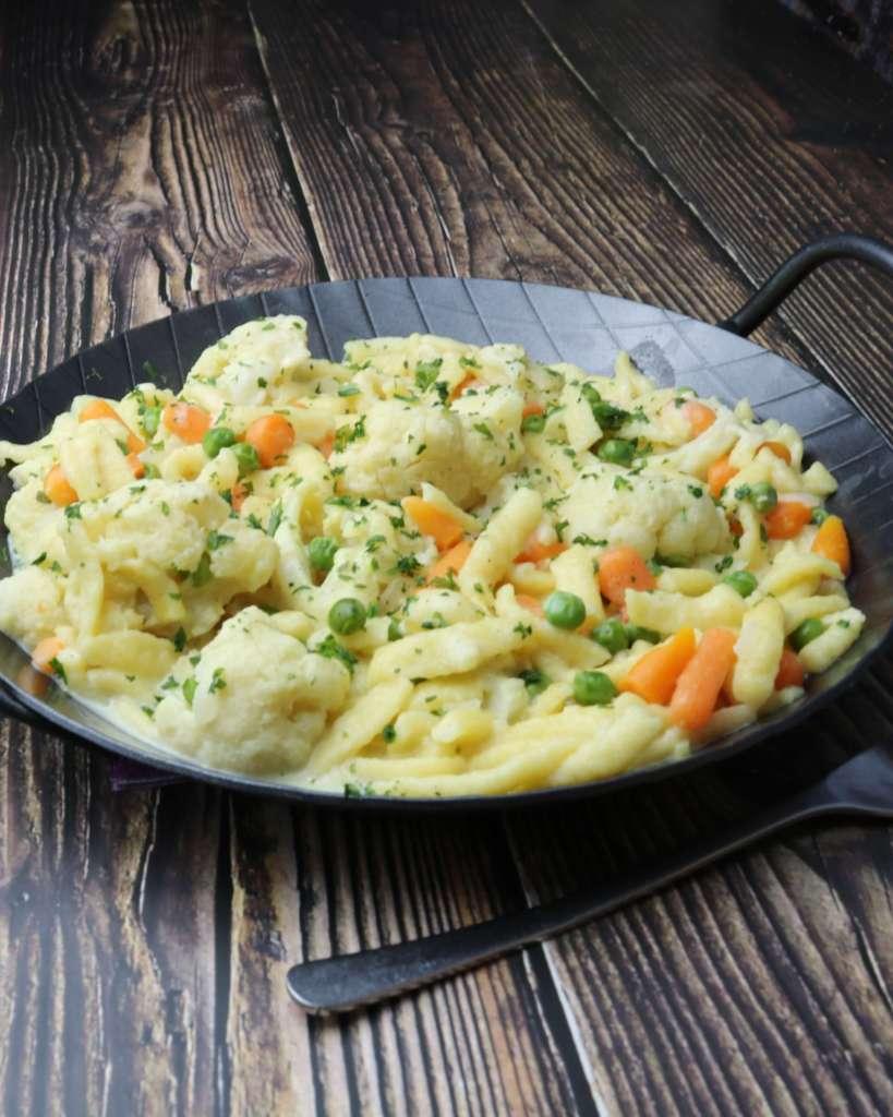 Zubereitung Spätzlepfanne mit Gemüse und Ziegenkäse