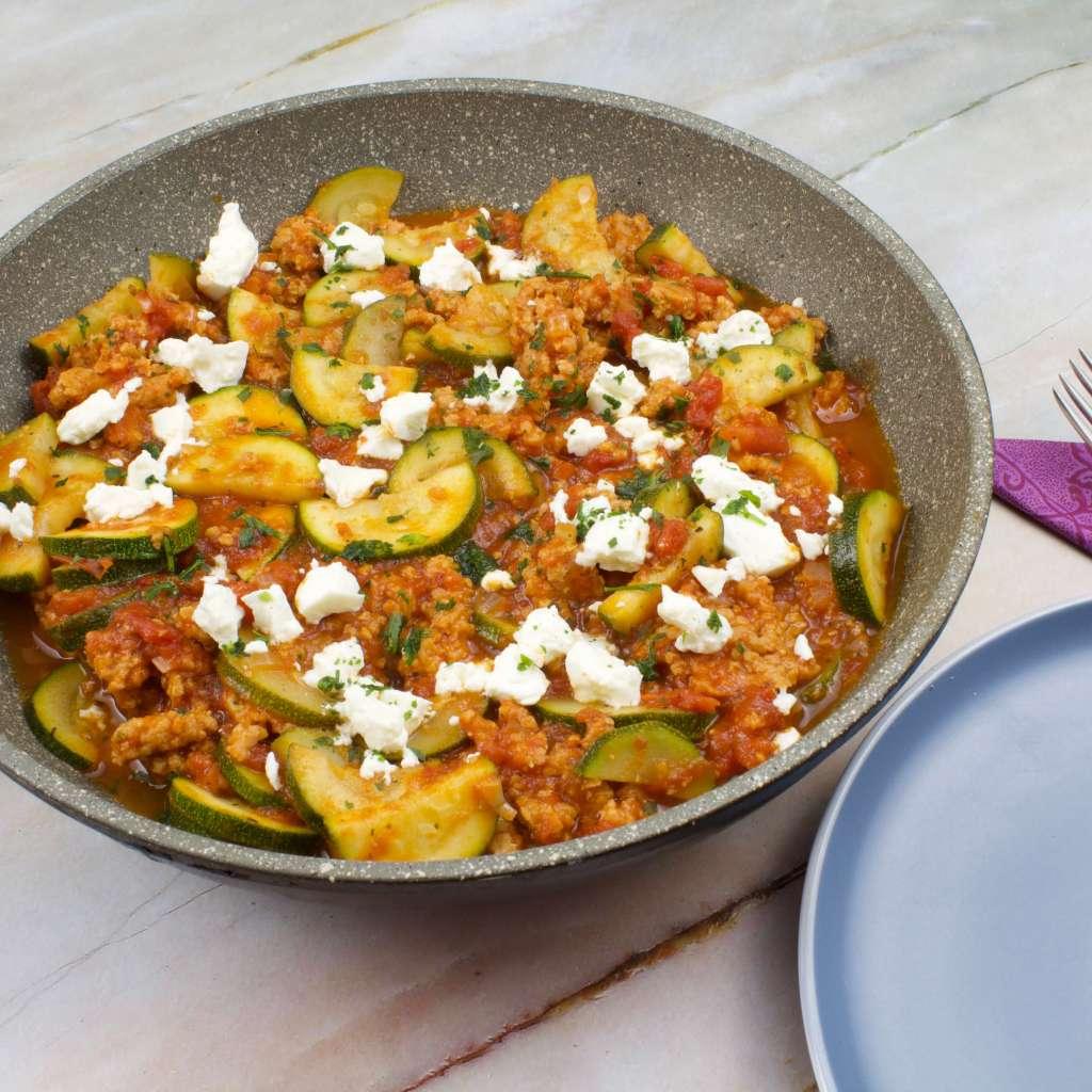 Vegetarische Hackfleisch Pfanne mit Zucchini und Feta Käse