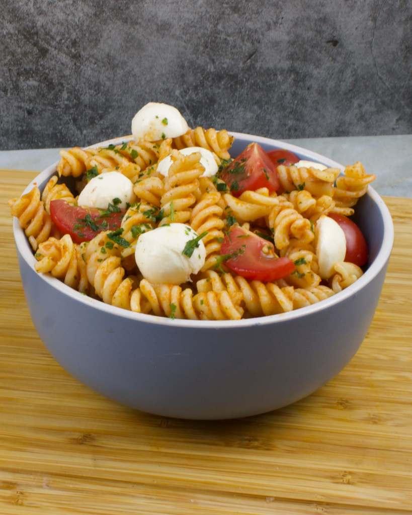 Serviervorschlag Pesto Rosso Nudelsalat mit Mozzarella Käse
