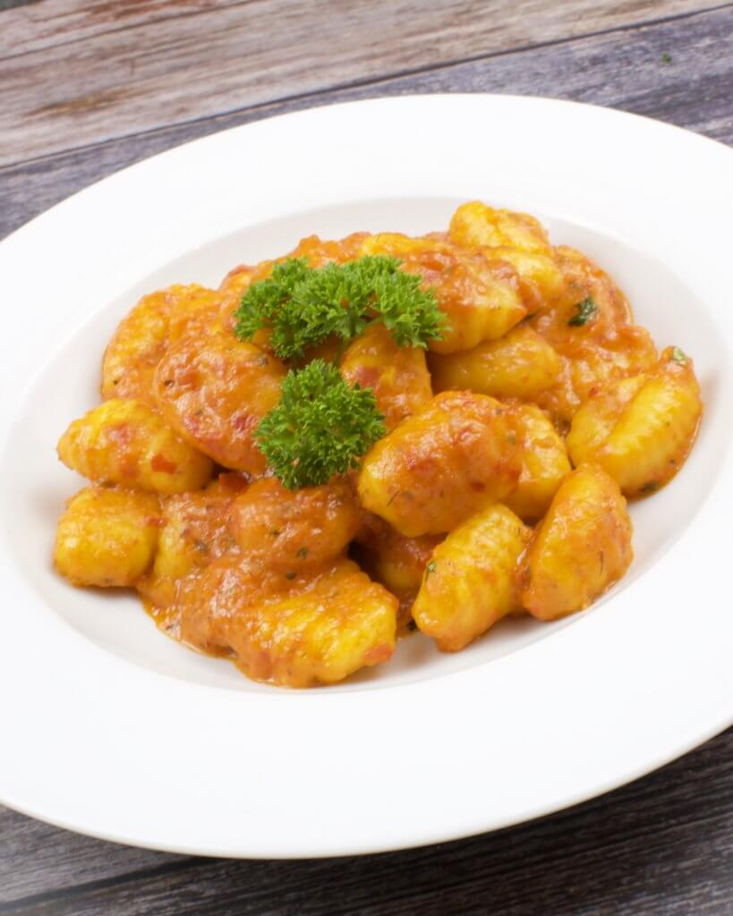 Serviervorschlag Gnocchi mit einer Ajvar Parmesan Sauce