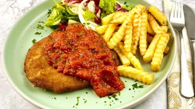 Schnitzel mit scharfer Tomatensauce