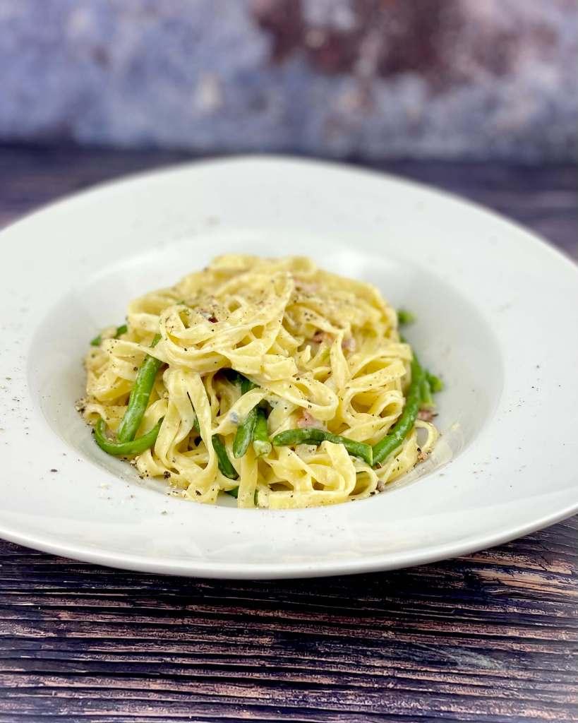 Serviervorschlag Tagliatelle mit grünen Bohnen - Gorgonzola Sauce und Speck