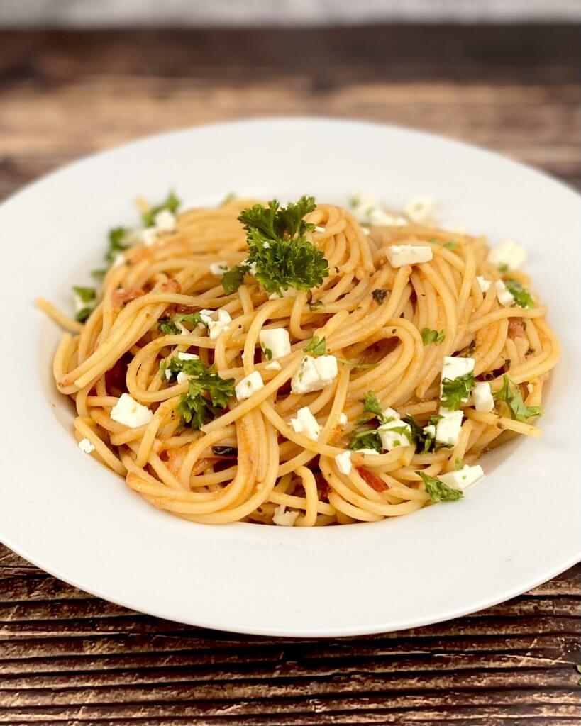 Serviervorschlag Spaghetti mit einer Tomaten Feta Sauce