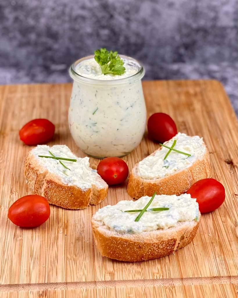 Serviervorschlag Kräuter Knoblauch Feta Käse Dip
