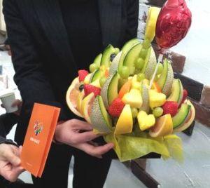 フルーツブーケ手に持って