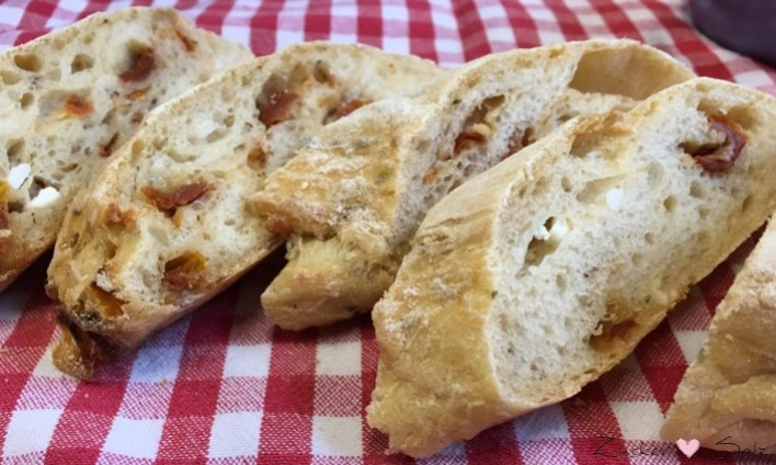 Ciabatta mit getrockneten Tomaten und Feta - Detail