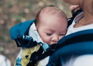 Baby schläft in Trage dank Trageberatung