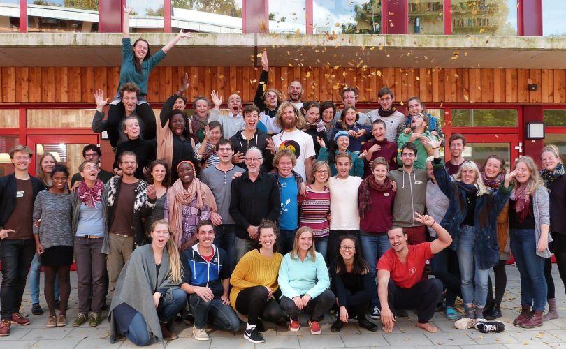 Eine bunt gemischte Gruppe, voller Energie, Erfahrung und Wärme.