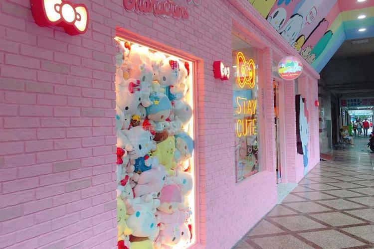 sanrio-7-eleven-main-store-entrance-left
